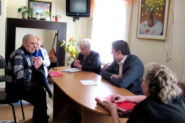 Алексей Шмыков провел выездной прием в Доме ветеранов