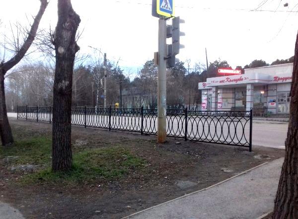 Октябрьские партийцы установили ограждения между проезжей частью и мемориалом