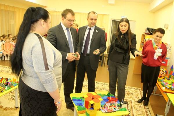 Михаил Клименко подарил ребятам из детского сада конструкторы