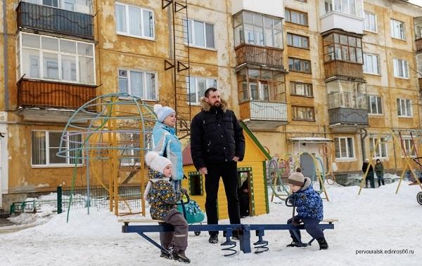 Депутат фракции ЕР в Первоуральской гордуме Назар Галат и ребята из «Молодой гвардии» провели праздник двора в Первоуральске