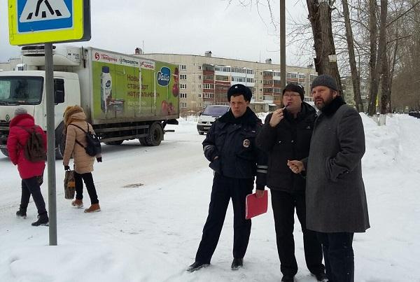 Проект «Безопасные дороги» провел совещание в Полевском и вместе с экспертами проверил пешеходные переходы у школ