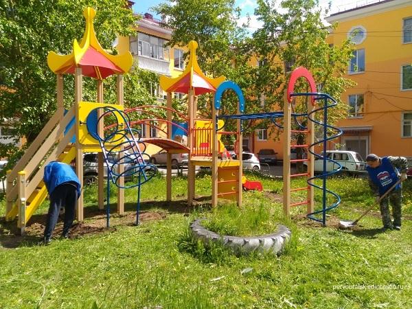 «Единая Россия» установила в Первоуральске детскую игровую площадку