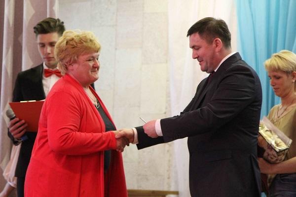Секретарь Каменского местного отделения Партии Алексей Шмыковвручил награды донорам крови