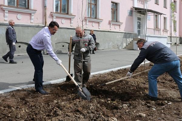 Партийные активисты Краснотурьинска приняли участие в озеленении центральных улиц города