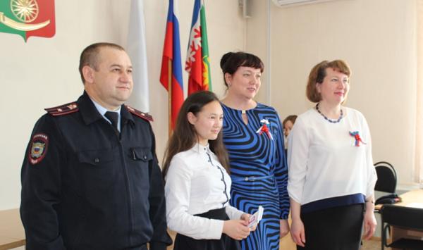 В Артинском районе молодым людям торжественно вручили их первые паспорта