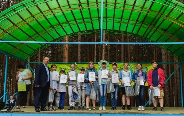 Владислав Изотов наградил юных первоуральцев по итогам летней смены