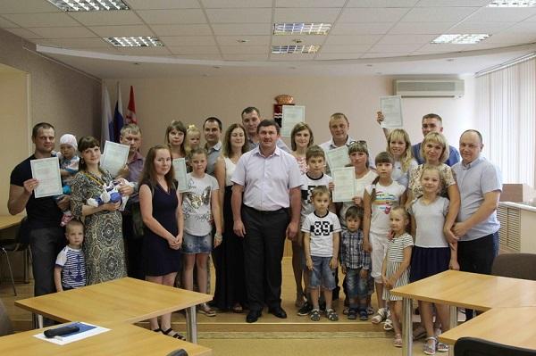 Молодым семьям Каменска-Уральского вручены документы на приобретение жилья