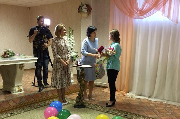 Елена Чечунова вручила многодетным мамам Первоуральска знаки отличия «Материнская доблесть»