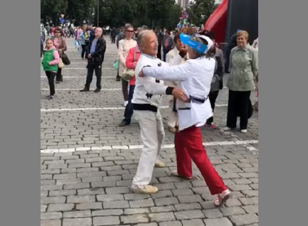 Танцующий оркестр, цветы и вальс в кепках ЕР: партийцы приняли участие в праздновании Дня города (ФОТО, ВИДЕО)