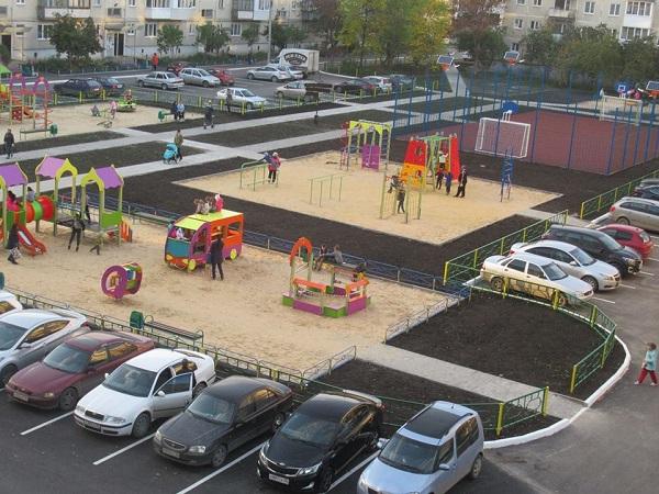Члены общественной комиссии проверили качество благоустройства пяти дворов в Каменске-Уральском