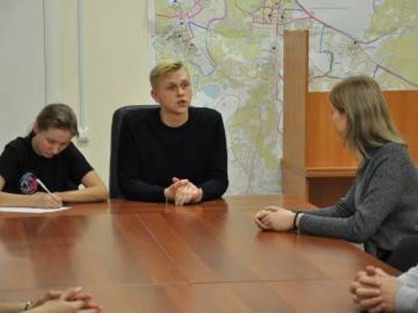 На прием к молодым парламентариям пришли три десятка первоуральских подростков