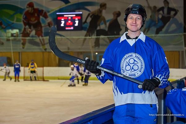 Станислав Ведерников сыграл в хоккей в честь дня рождения профкома Первоуральского новотрубного завода