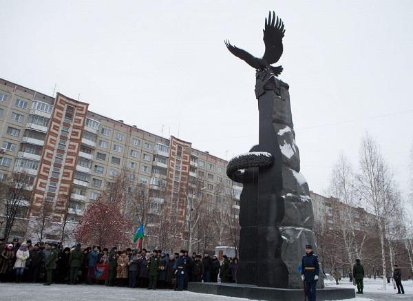 Депутат гордумы Сергей Воронин участвовал в открытии стелы с именами героев-южноуральцев
