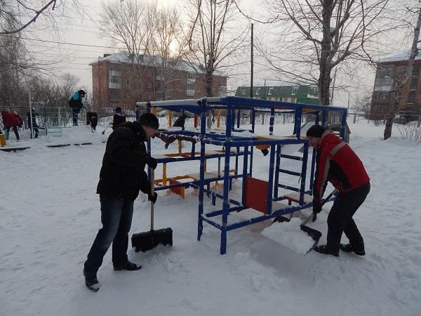 Серовские единороссы приняли участие в добровольческой акции «Снежный десант»
