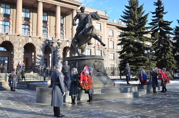 В День защитника Отечества к памятнику Георгию Жукову возложили цветы