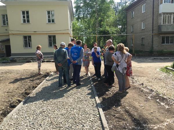 Партийцы проверили ход работ по благоустройству дворов в Октябрьском районе