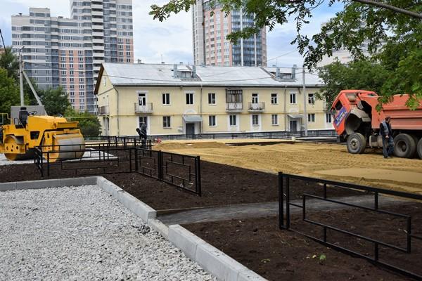 Партийцы проверили работы по благоустройству дворов в Екатеринбурге