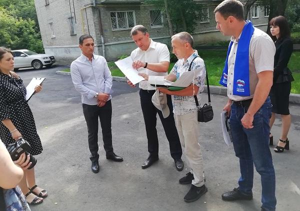 Партийцы Ленинского района еще раз проверили дворы, благоустройство которых завершится в ближайшее время