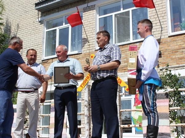 Единороссы отметили лучших тружеников полей и народных умельцев