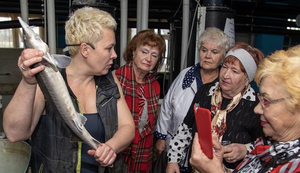 Депутат организовал экскурсию для пенсионеров на осетровую ферму (ФОТО)