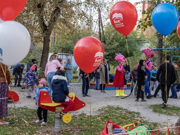 Алексей Вихарев открыл новую детскую площадку во дворе на улице Баумана