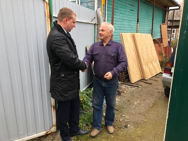 Владимир Смирнов помог пенсионерам отремонтировать кровлю