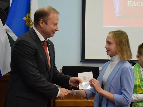 Виктор Шептий вручил юным Екатеринбуржцам их первые паспорта