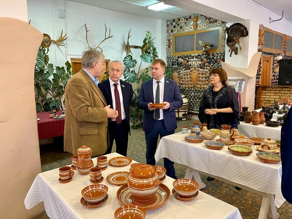 Под Невьянском Вячеслав Погудин посетил цех по производству керамики