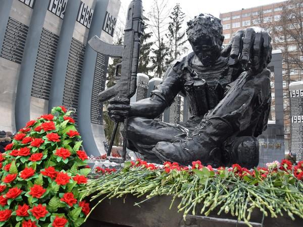 У мемориала «Черный тюльпан» почтили память воинов-интернационалистов