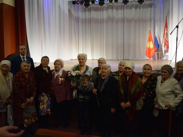 Партийцы поздравили ветеранов Белоярского городского округа
