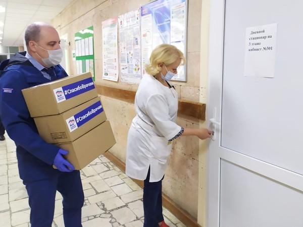 Врачи центральной городской больницы Верхней Салды получили чайные наборы