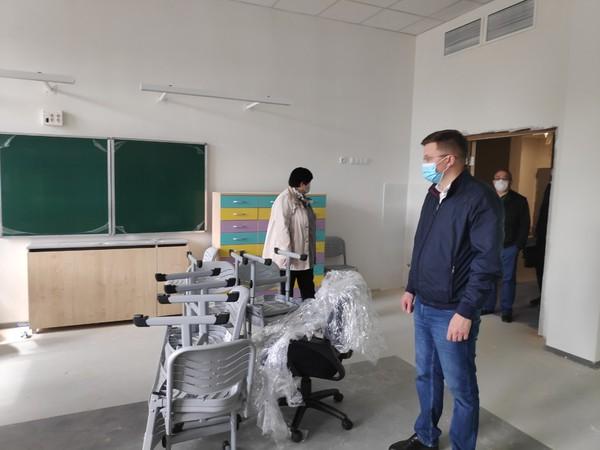 Партийцы оценили готовность новой школы в Академическом