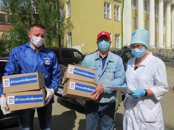 Медикам Первоуральска вручили продуктовые наборы от «Единой России»