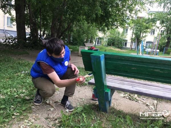 Ко Дню защиты детей молодые активисты провели субботники на детских площадках