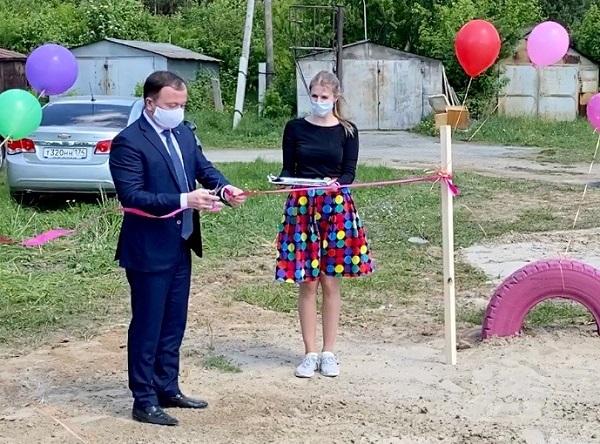 Партийцы подарили детям Белоярского игровую площадку