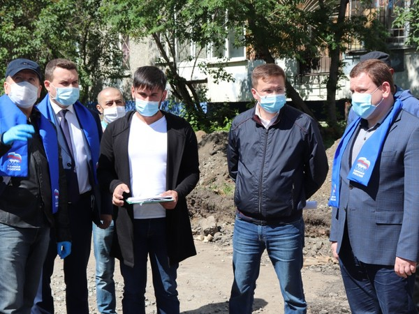 Партийцы проверили ход благоустройства дворов Ленинского района
