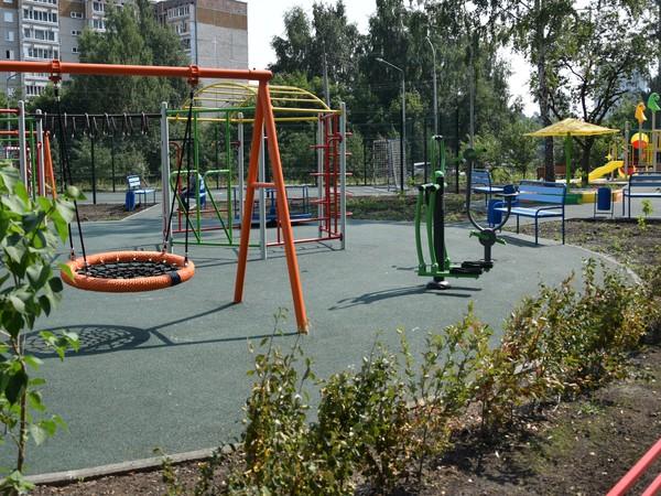 Единороссы проверили качество благоустройства двора в Ленинском районе