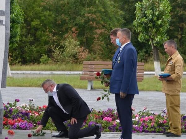 Сергей Никонов участвовал в открытии памятника воинам-десантникам в городе Лесном