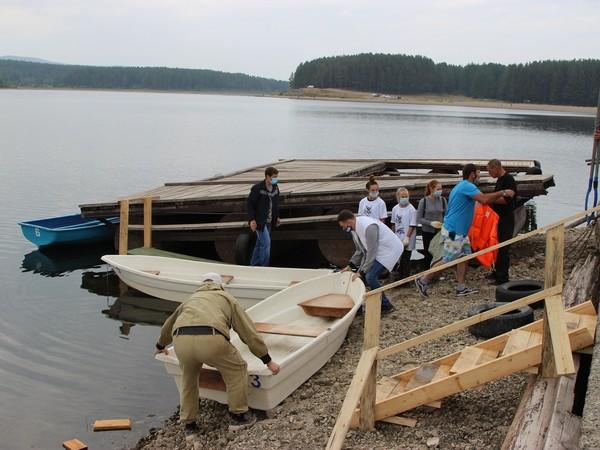 Активисты Североуральска провели субботник на водохранилище